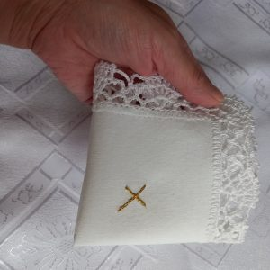 Biała szata do chrztu len z koronką