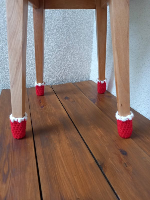Świąteczne skarpetki na nogi krzesła
